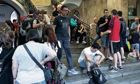 Diverses persones a les escales de l'Ajuntament
