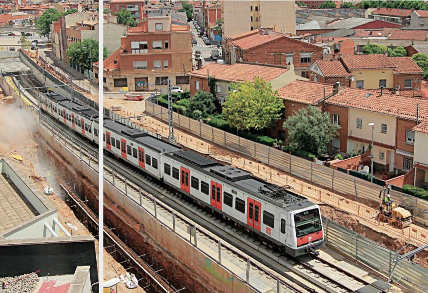 Vista d'un convoi al seu pas per la zona on s'estan portant a terme les obres de soterrament de les vies del tren, prop de l'estació de Can Feu