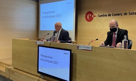 El president del Banc Sabadell, Josep Oliu, amb el president de la Cambra de Sabadell, Ramon Alberich, el 24 de febrer | ACN