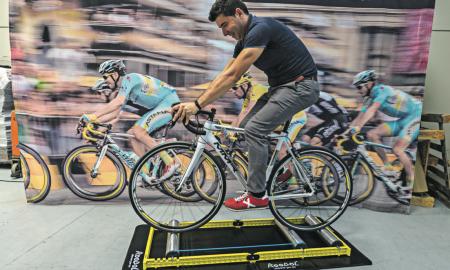 El gerent de Lulabytes sobre una bicicleta mostra el funcionament de RooDol