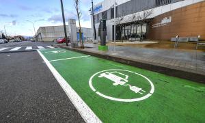 Punt de recàrrega públic per a cotxes elèctrics de Sabadell, situat a l'avinguda de Can Bordoll, a la zona de Can Roqueta