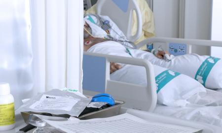 Un pacient a l'UCI del Taulí, en una imatge d'arxiu