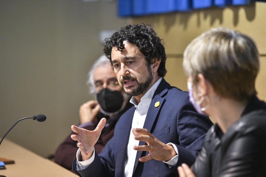 """El conseller en funcions Damià Calvet, durant la presentació del llibre """"1 dia d'octubre i 2 poemes"""" de Josep Rull, a Sabadell"""