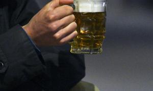 La venda d'alcohol a menors d'edat suposarà una sanció de fins a 1.500 euros, segons l'esborrany de l'ordenança de Civisme
