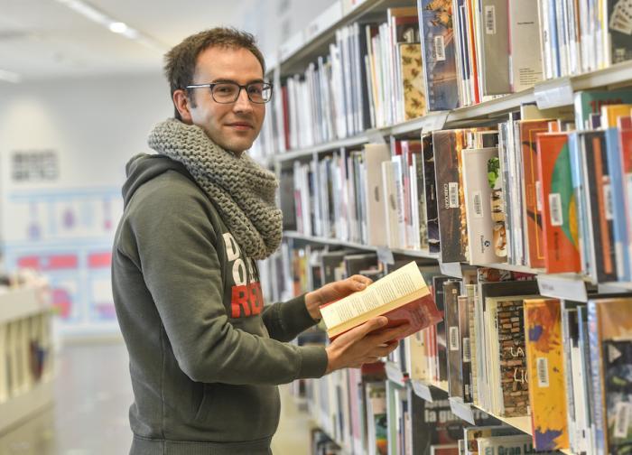 Jordi Bosch, entre llibres a la Biblioteca del Sud