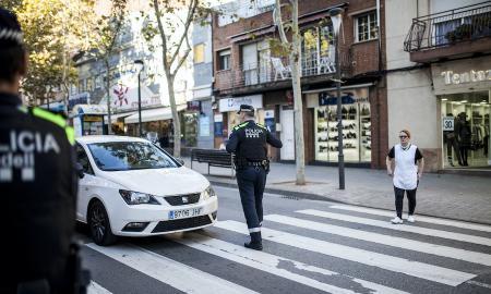 Foto d'arxiu d'agents municipals ordenant el trànsit de Sabadell