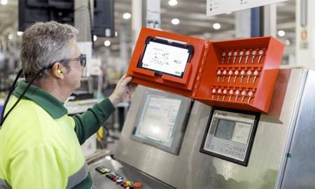 Operari usant una màquina digital