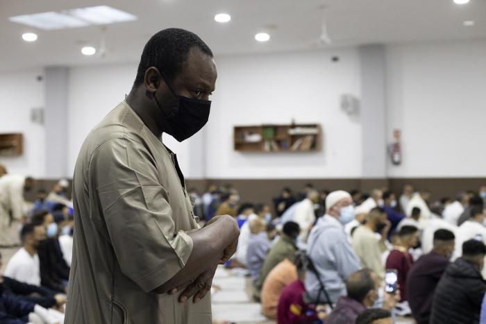 Part de la comunitat musulmana a Sabadell posa fi al Ramadà a la mesquita Al-Huda / Victòria Rovira