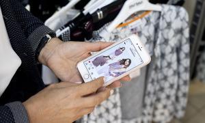 A dalt, el dispositiu mòbil amb l'aplicació d'Instagram de la botiga Rosa Llena