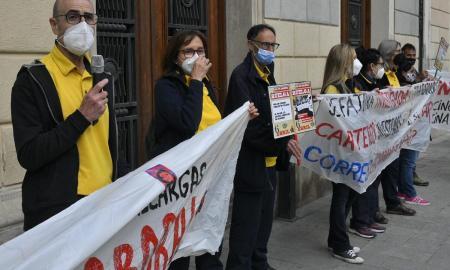 Treballadors de la UR4 de Correus en una manifestació davant de l'Ajuntament de Sabadell / LL.F.