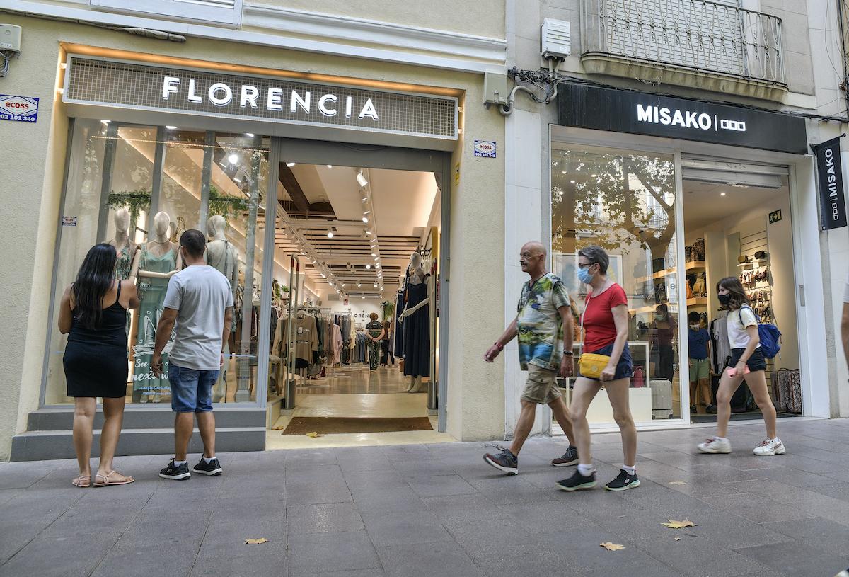 Les cadenes comercials han guanyat pes en els últims temps a la milla d'or de Sabadell / LLUÍS FRANCO