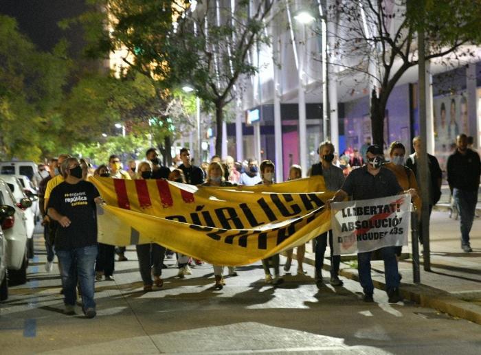 Arribada dels concentrats als Jutjats de Sabadell / Ll. Franco