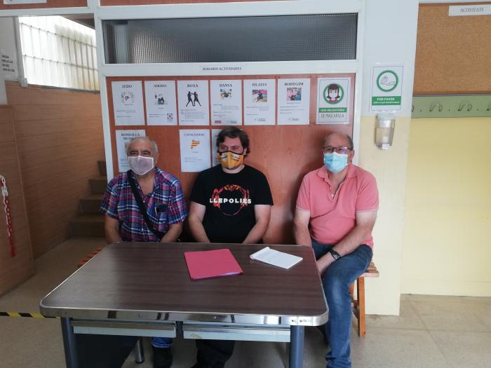(D'esquerra a dreta) Francesc Portalés, vocal de Relacions Institucionals, Pau Recio, president, i Pere Freixa, vocal d'obres de l'AV de La Concòrdia | Toni Alfaro