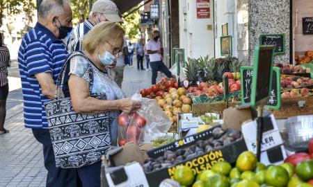 Els serveis són el principal sector comercial de la ciutat, seguit de les botigues d'alimentació i bars i restaurants / lluís franco