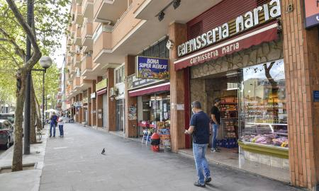 La principal artèria comercial al barri de Sol i Padrís / lluís franco