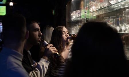 Joves consumint cervesa al bar Sabadebidoo / VICTÒRIA ROVIRA
